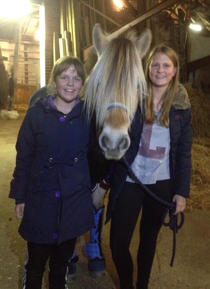 To forventningsfulde piger glæder sig til at få Blanka med hjem på Ponyklubben, Haderslev.